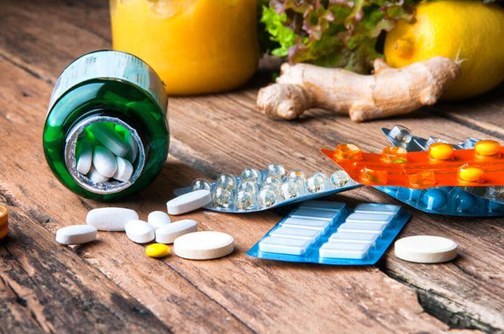 Das Bild zeigt bunte Pillen für Nahrungsergänzungsmittel