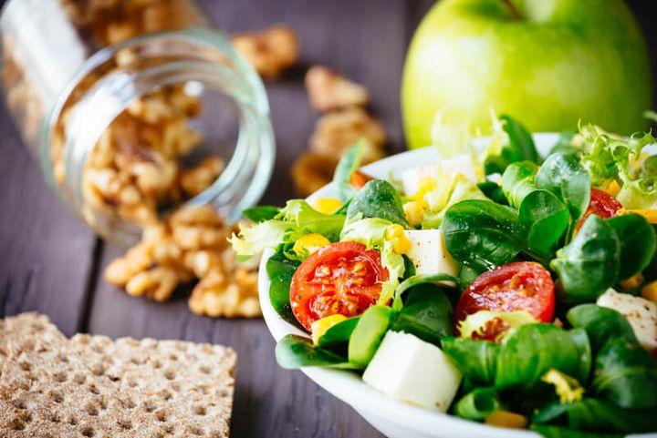 Bild mit Salat und Nüssen