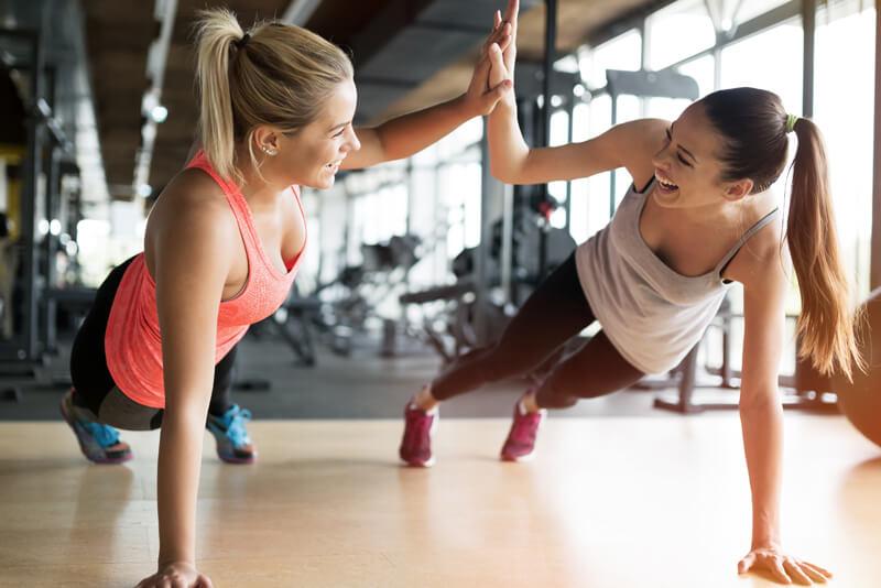 zu sehen sind 2 Damen beim Sport